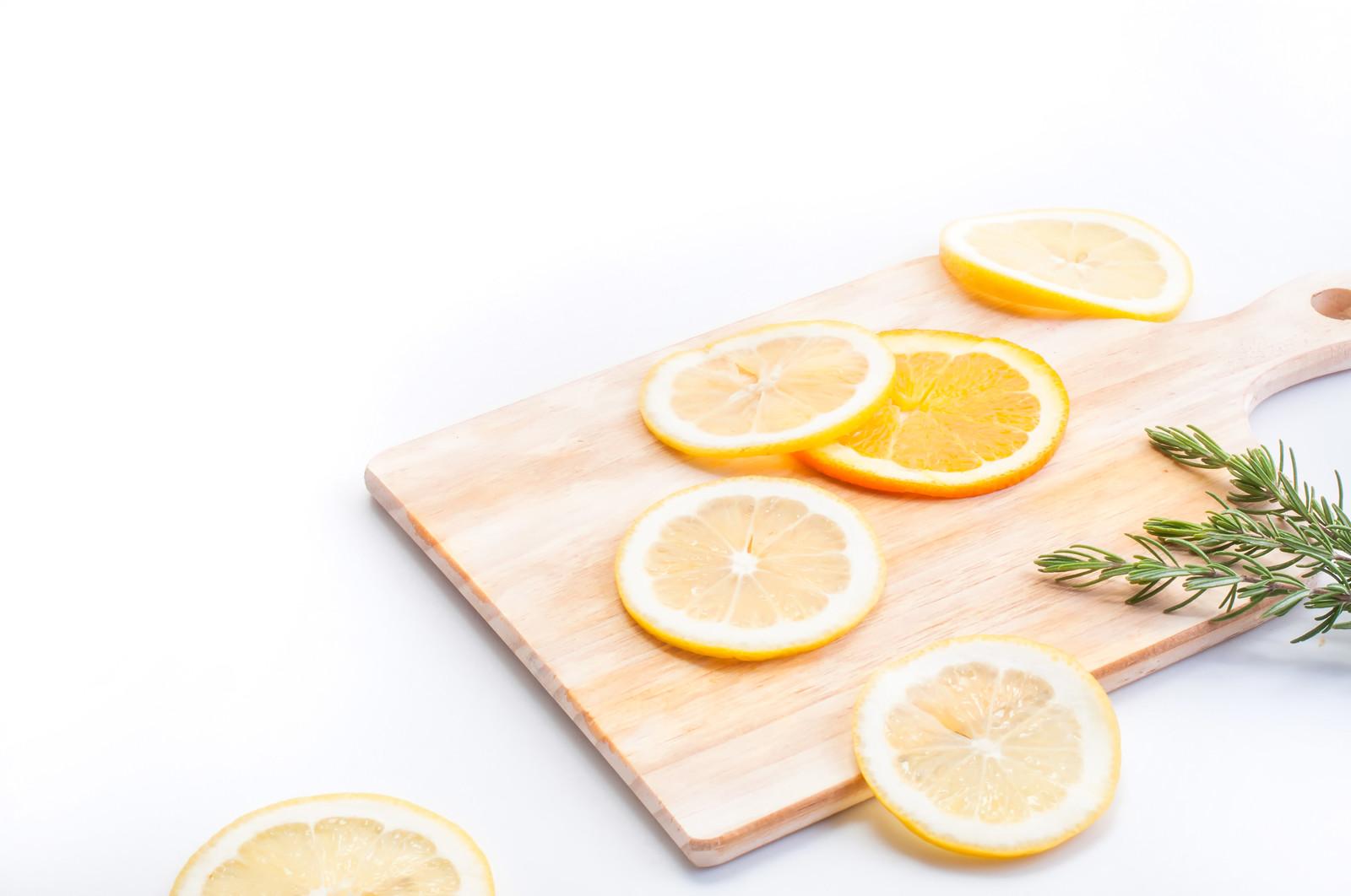 カッティングボードに乗ったレモン