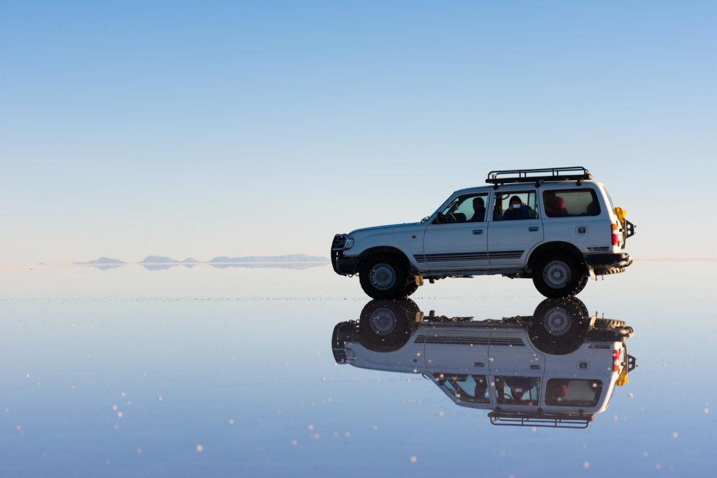 車とウユニ塩湖