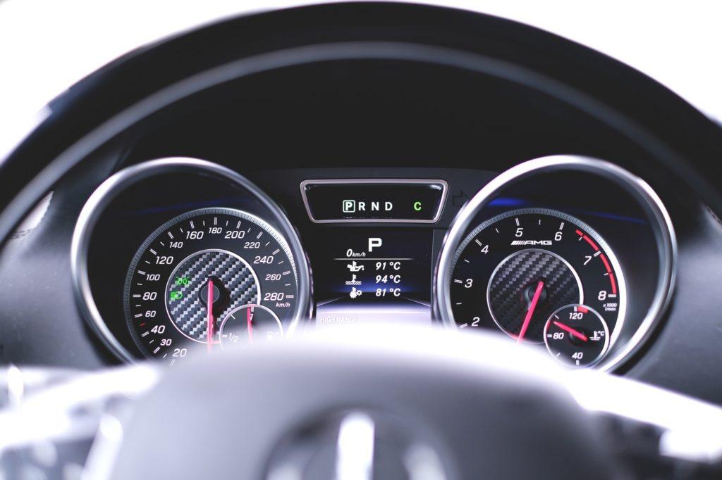 車の内装、スピードメーター