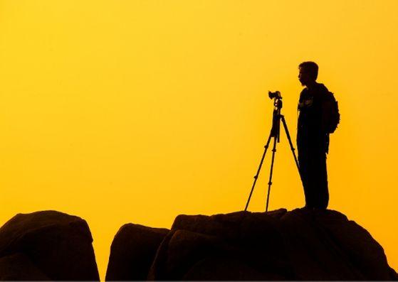 風景写真を撮影する三脚とカメラのイメージ